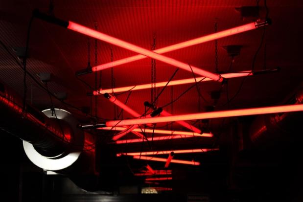 Rotlicht-Atmosphäre: Neonröhren an der Decke des Beverly Kills.